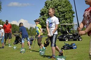 Oskar Pehrsson gillar att spela golf och övar här på att pitcha med rätt teknik.