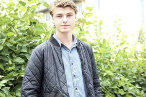 Henrik Jingåker är från Edsbyn. I höst börjar han studera till musikalartist på Balettakademin i Göteborg.