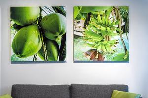 För att få en personlig touch i inredningen har Jessica förstorat fotografier hon tagit från några av parets resor. Till vänster: kokosnötter i Sri Lanka. Den högra bilden föreställer bananer från en Thailand-resa.