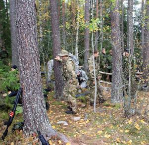 Den grå amerikanska uniformen syns i bakgrunden, i förgrunden spelare i multicamuniform som huvudsakligen används i USA och den svenska M90 längst till höger.