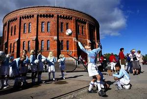 En grupp fotbollsungdomar tränar innan de ska in i stora gasklockan för en uppvisning 2005.