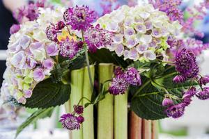 En installation av rabarber och blommor, signerad Micael Bindefeld, pryder middagsbordet.