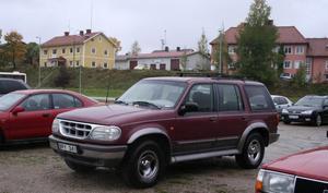 HAR KÖRFÖRBUD. Enligt uppgifter till Arbetarbladet kör Karl-Johan Cavallin, domare vid Gävle tingsrätt, dagligen sin bil till stationen i Ockelbo, trots att bilen sedan drygt ett år har körförbud. Från stationen tar han sedan tåget till arbetet i Gävle.