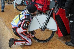Daniel Henderson kontrollerar så att inte luften gått ur hans cykel. Viktigt med rätt ringtryck.