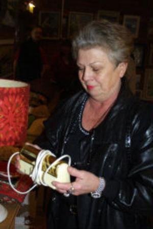 Zaida Magnusson från Sundsvall  beundrar en sänglampa modell äldre.