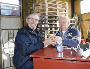 """Bernt Andersson är pensionerad grävmaskinsförare och får en korv i baren av Dick Sundman som har cateringfirman Sund-C. """"Jag åker ofta hit för att prata skit och för att lösa problem,"""" säger Bernt. """"Sist skulle jag bredda en skoterkälke åt en polare."""""""