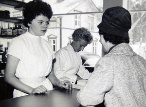 Gunilla Forsgren och Vivianne Sandström expedierade de första kunderna på det för jämnt 50 år sedan nya apoteket i Hammarstrand.Foto: Ingvar Ericsson