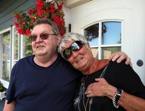 """Teddy och Els-Mari Szubinski flyttade in för nio år sedan. De tycker att det är trivsamt med olika stilar. """"Man blir sugen att göra om när man ser hur andra har gjort"""", säger Els-Mari."""