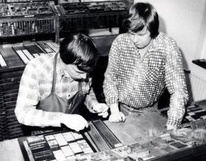 Handsättarna jobbar med en av de sista blysidorna i tidningenshistoria. Det sista numret innan övergången till offset.