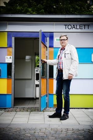 Gratis på prov. Tommy Karlqvist vid en av toaletterna som nu blir avgiftsfria. Foto: Filip Erlind