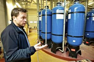 I sista reningssteget så fallerade Falu Rödfärgs världsunika vattenfabrik och nu avsätter ägaren 175 miljoner så att Johan Molin som är vd på Falu Rödfärg klarar löftet om att rena gruvvattnet
