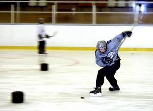 Storfrämmande. En rysk hockeygrabb har fullt fokus på pucken innan han drar till.