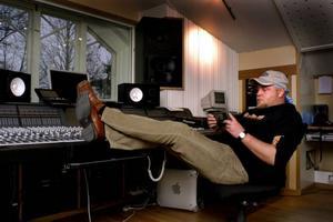 Det är dags för Anders Bagge att sätta sig i studion igen.