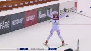 Charlotte Kalla glider i mål.