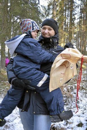 Fynd. Malin Johansson och Albin Alt lyckades hitta en av Tomtens säckar med de försvunna önskelistorna.