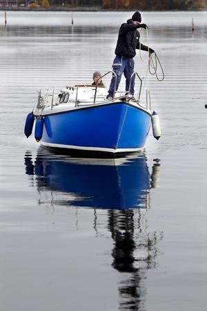 Enar Jedström, Delsbo, är beredd med tampen för landstigningen vid bryggan. I aktern sitter Tom Collins, Bobygden.