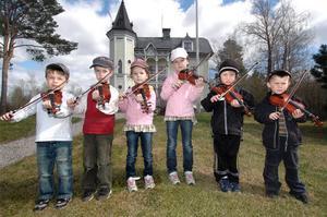På den nya förskoleavdelningen Fiolen vid Öjevillan i Edsbyn kommer det här musicerande gänget och deras kamrater att spela upp. Nils Östergren, Filip Uddas, Lina Ottosson, Edvin Johansson, Elin Ottosson och Noah Johansson.