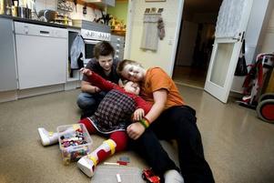 GILLAR KRAMAR. Alicias äldre bröder Johannes och Mattias tar gärna hand om sin lillasyster. När deras kompisar är på besök går de oftast in till Alicia och morsar på henne först.