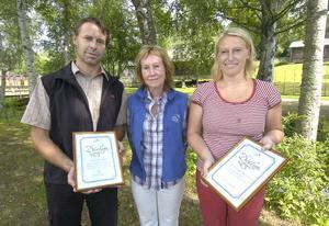 Maritha Sedvallsson från Astma och Allergiförening i Ovanåker delade ut priset Årets allergiinsats till Tomas Lindström och Anette Jonsäll.