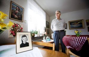 I höstas dog Birger Lindgrens hustru Britta. Nu bor han kvar i lägenheten där de bodde tillsammans i mer än 60 år och någon tanke på att flytta har han inte