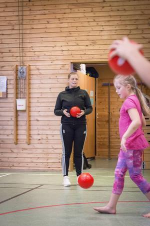Julia Hansson försöker tända intresset för handboll bland eleverna. Här ses hon tillsammans med Hanna Berström.
