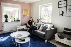 Den öppna planlösningen ger en skön rymd och alla kan se varandra när de vistas på entréplanet i huset.