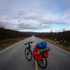 Det är mycket man ska få med sig när man cyklar genom Sverige: bland annat mobilladdare, mattermos, första hjälpen-kit och gaskök.