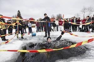 Albin Larsson från Friskolan Vintergatan tvekade inte innan han hoppade i det kalla vattnet