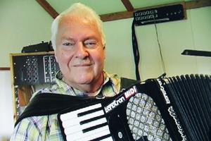 Sone Banger växte upp i Los och hans föräldrahem finns med i filmen. Det var också till Los han återvände under sina musiker-tid i Stockholm. Sommarstället vid Storsjön blev permanent boende, när han på 70-talet beslutade att flytta hem och är åter sommarbostad sedan han bosatt sig inne i Los. (Från filmen).