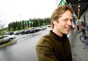 Peter Ahlberg, vd för företaget Dollarstore skänker 30 000 kronor till Kastalskolans idrottsförening.