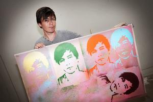 Javad Mokhtari kommer från Afghanistan och bor i Gällö. Han har gjort en tavla med sig själv som inspiration.