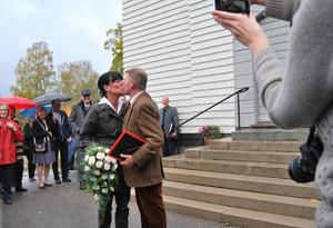 Eva Österlind och Mikael Allansson firade kärleken i skogens tecken, i jaktutstyrsel sade de ja till varandra i ett älgtorn i Härlunda kyrka. Efter vigseln bjöds gästerna på korv med bröd.