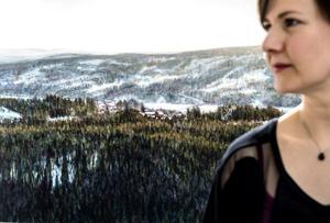 Ingela Hamrins stora målningar i utställningen bygger på fotografier från hemtrakterna runt Sundsvall. Hennes minnen och längtan till hemtrakten fyller en stor del av hennes konstnärsskap.