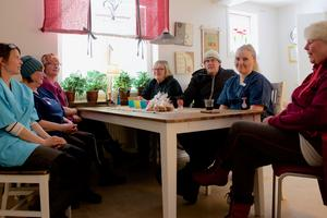 Maria Olsson, Inger Söderholm, Karin Busk, Stina Johansson, Roger Wagenius, Matilda Sandvold och Mona Röst pratar om arbetssituationen i hemtjänsten och på Fjällsol. De är överens om att katastrof är ett ord som passar bra och bjuder in socialnämnden att besöka deras verksamhet.
