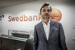 Swedbanks vd Michael Wolf avgår med omedelbar verkan. Enligt ett pressmeddelande har styrelsen tagit initiativet till förändringen.