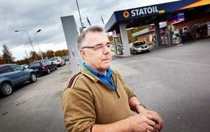 """Lennart Eriksson från Valla hör till stamkunderna och tycker det är tråkigt att hans """"hemmamack"""" ska stänga för gott.Foto: Håkan Luthman"""