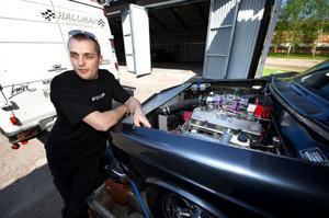 Jan Hallman från Skärsjö utanför Borlänge har de senaste åren tillbringat massor med tid i garaget för att få sin hemmabyggda dragracingbil tävlingsklar.