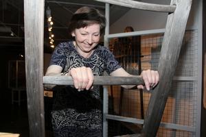 Det kändes att klättra upp på stege efter ett arbetspass nere i gruvan. Utställningen har en trampmaskin som visar vilken muskelkraft som krävdes. Gunilla Hedenblad, antikvarie, visar.