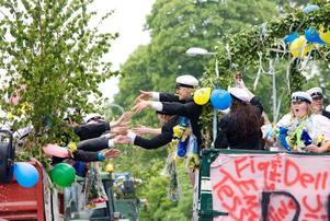 Studentkortegen genom Köping genomfördes med sprudlande glädje inför stora åskådarskaro. Foto Iris Tiito