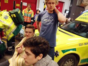 Erik Medvegy, Victor Lindström och Viktor Nordmark tas om hand efter olyckan.