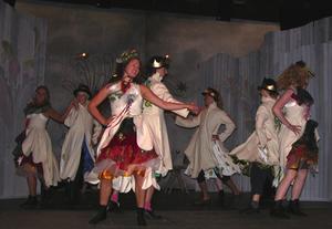 Fartfyllt. På rikemannen Mats Erssons fester är det både fartfyllt och färglatt i dansens virvlar. Foto:Annki Hällberg