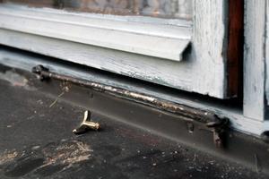 Fönstervägen. Ett vanligt sätt att begå inbrott är att bryta upp ett fönster.