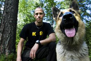 Hundbefälet Andreas Tengqvist och polishunden Åke.