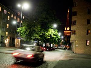 Genomfartstrafik är inte tillåten nattetid på Domkyrkoesplanaden, men en del förare kör där ändå.