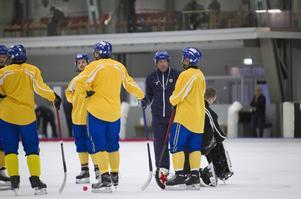 Svenne Olsson och den svenska VM-truppen, med gott om SAIK-spelare, förberedde sig i Uppsala innan avfärd till Ryssland. I dag börjar VM med match mot Finland.