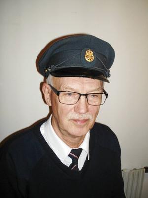 Inom postdiligenstrafiken började man som biträde och blev befordrad till diligensförare efter ett avlagd godkänt prov. Här ses Tage Sjöquist.