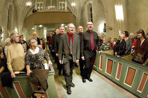 forsbacka kammarkör inledde kvällen med att tåga genom Valbo kyrka sjungandes