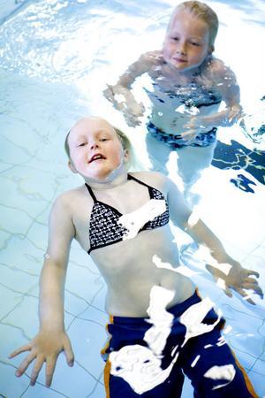 Systrarna Elin och Hannah Åström har lärt sig att simma under simskolan.