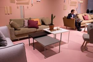 Tre satsbord i olika storlek och färg i Ires monter.