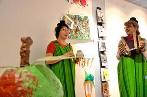 I Hellsings grönsaksland. Nu öppnas utställningen. På bild barnboksbibliotekarie Kristina Blom och kultursekreterare Gunilla Dovsten.